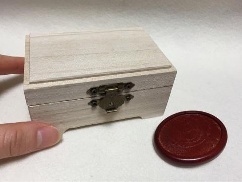 木箱とブローチ