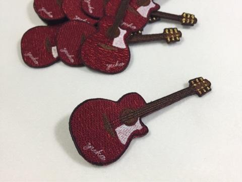 ギターの刺繍ブローチ