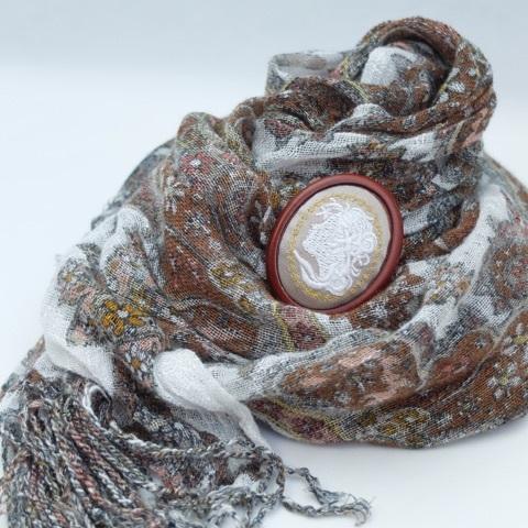 カメオ刺繍のブローチ