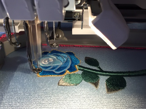 青いバラの刺繍ネックレス
