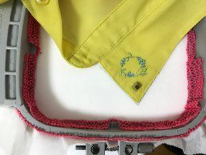 シャツの襟にミモザ刺繍