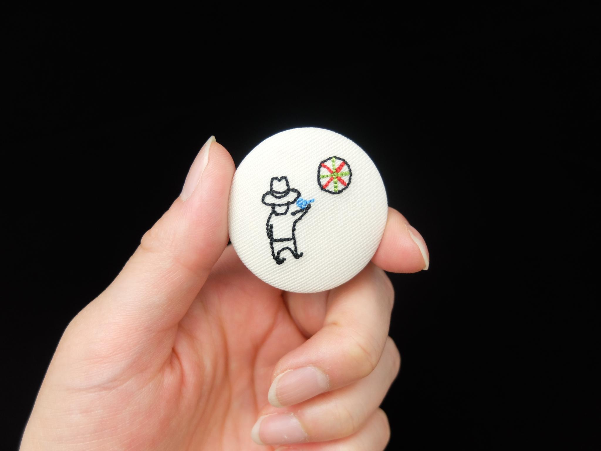 刺繍缶バッチ 小さいおじさん くるみボタン ダーツ
