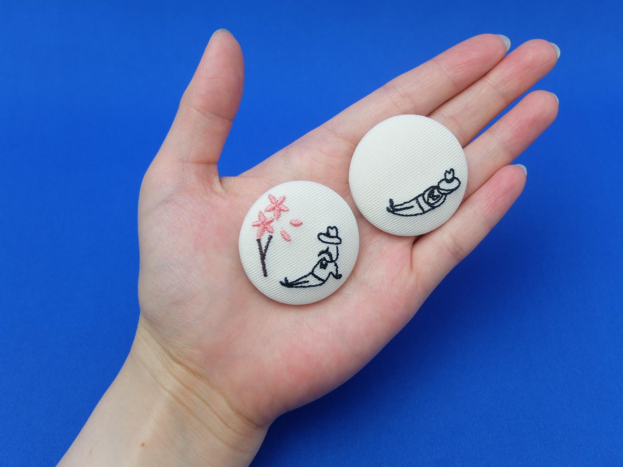 刺繍缶バッチ 小さいおじさん くるみボタン 花見 昼寝