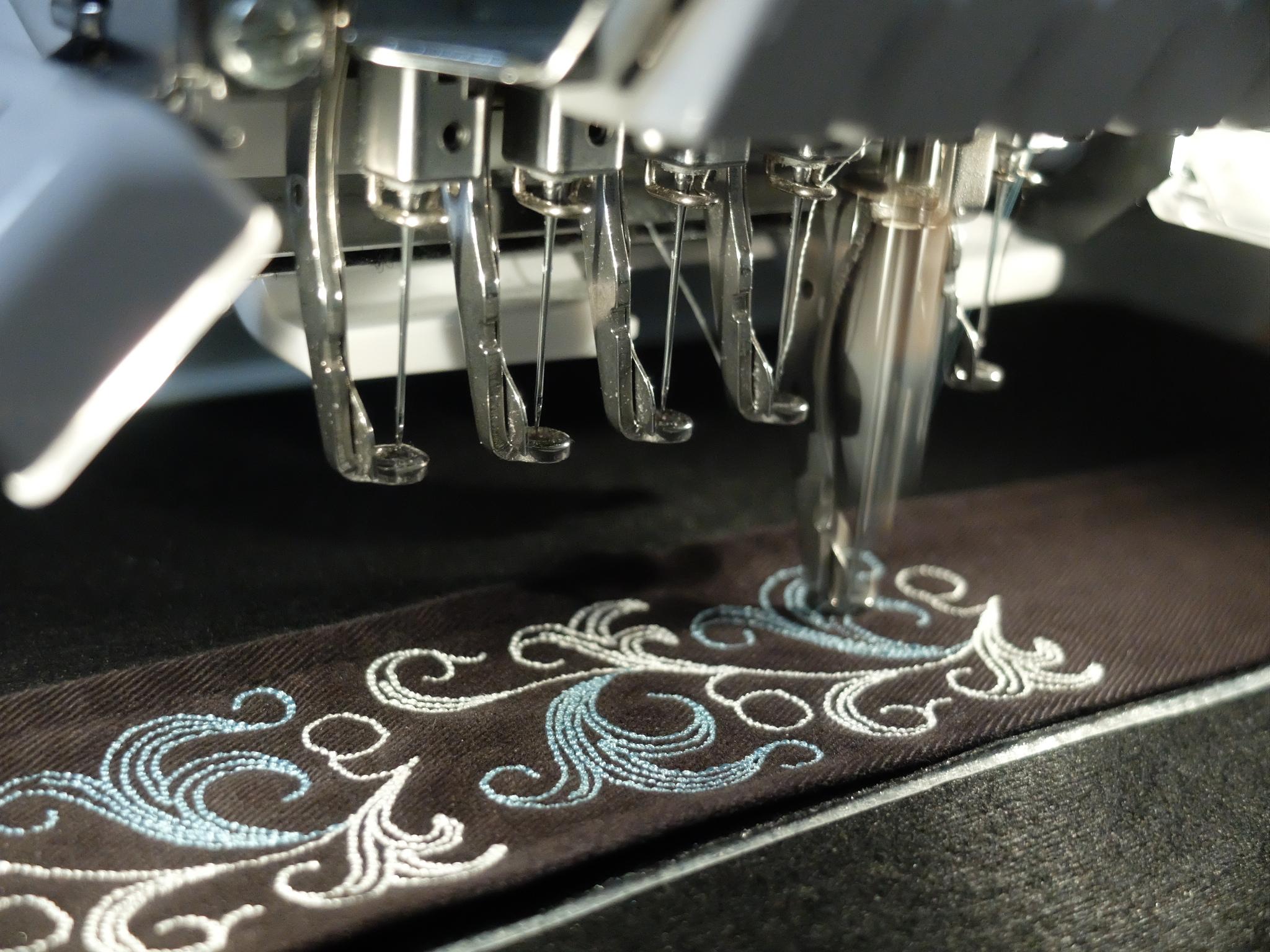 トレンチコート ベルト刺繍 アラベスク模様 刺繍ミシン