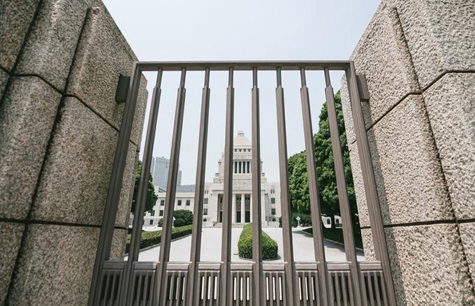 柵越しの国会議事堂