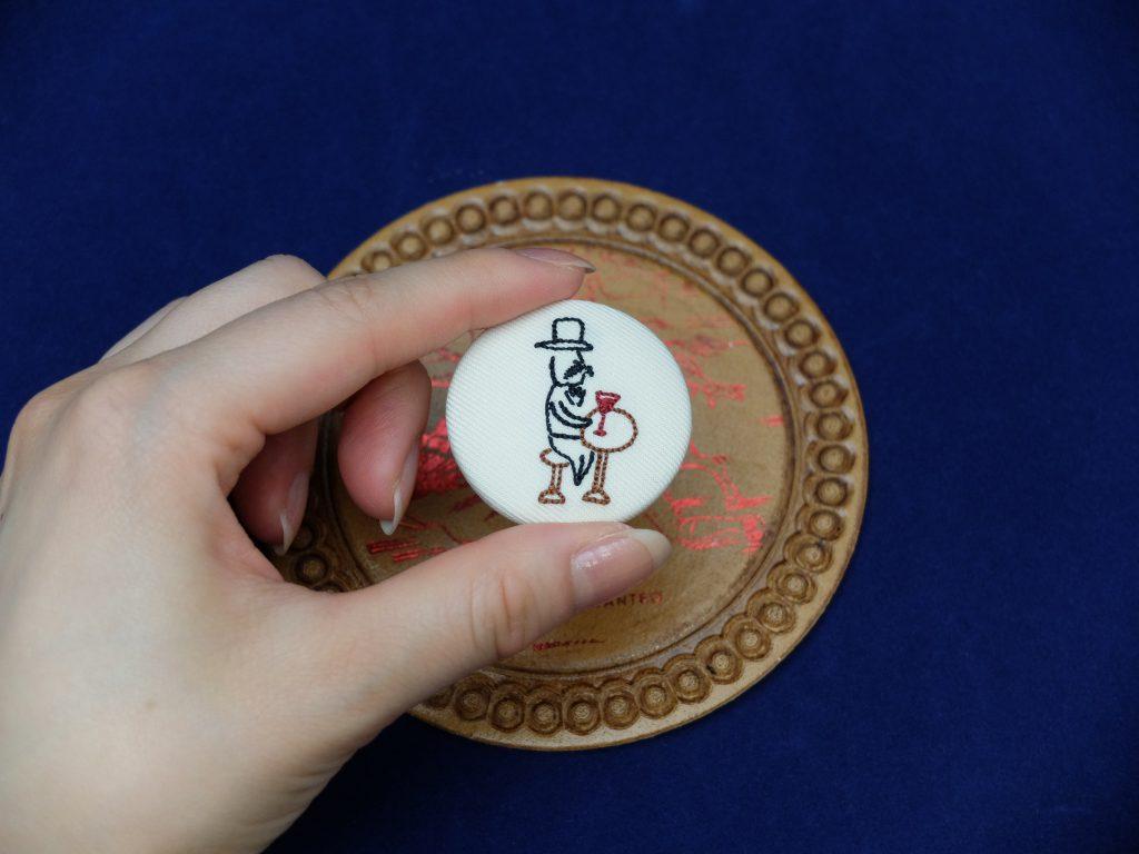 小さいおじさん 刺繍バッジ くるみボタン