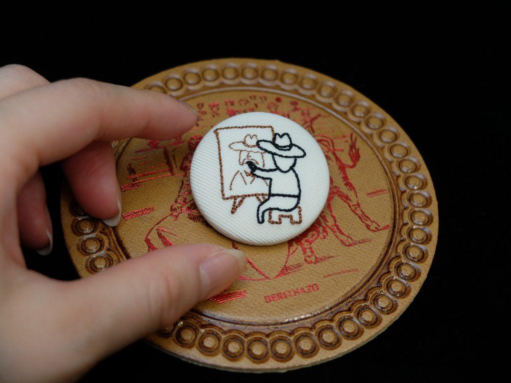 小さいおじさん 刺繍バッジ くるみボタン 自画像