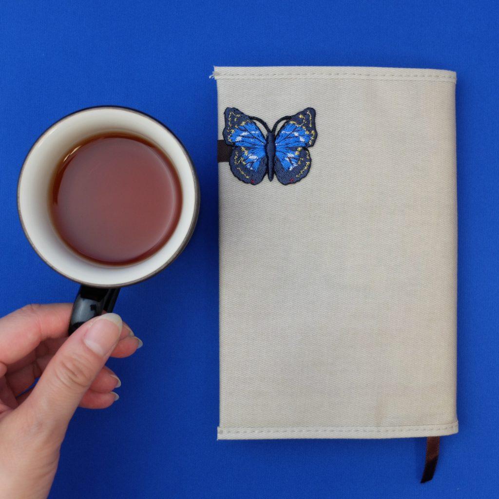 刺繍 ブックカバー 青い蝶 オオムラサキ 読書