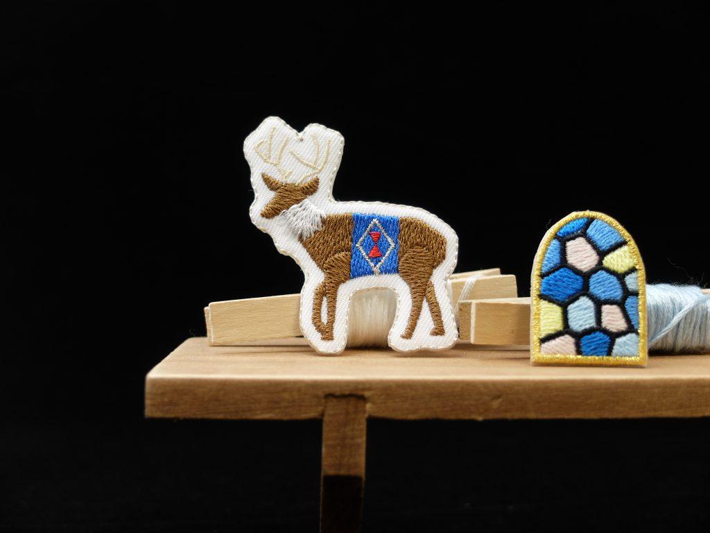 クリスマス トナカイ ステンドグラス 刺繍ブローチ